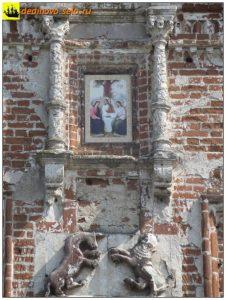 Изображение льва и единорога, а также икона на Троицкой церкви, 2016г.