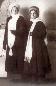 Мария Парменовна Бальзамова и Анна Алексеевна Сардановская,1914-1915. Фото с сайта esenin.ru.